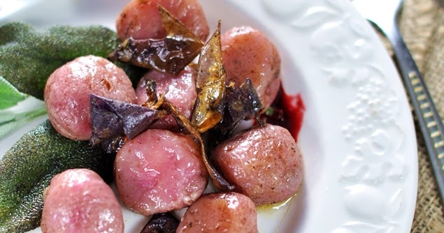 Gnocchi di patate Magenta ripieni, con formaggio di capra e glassa di lamponi