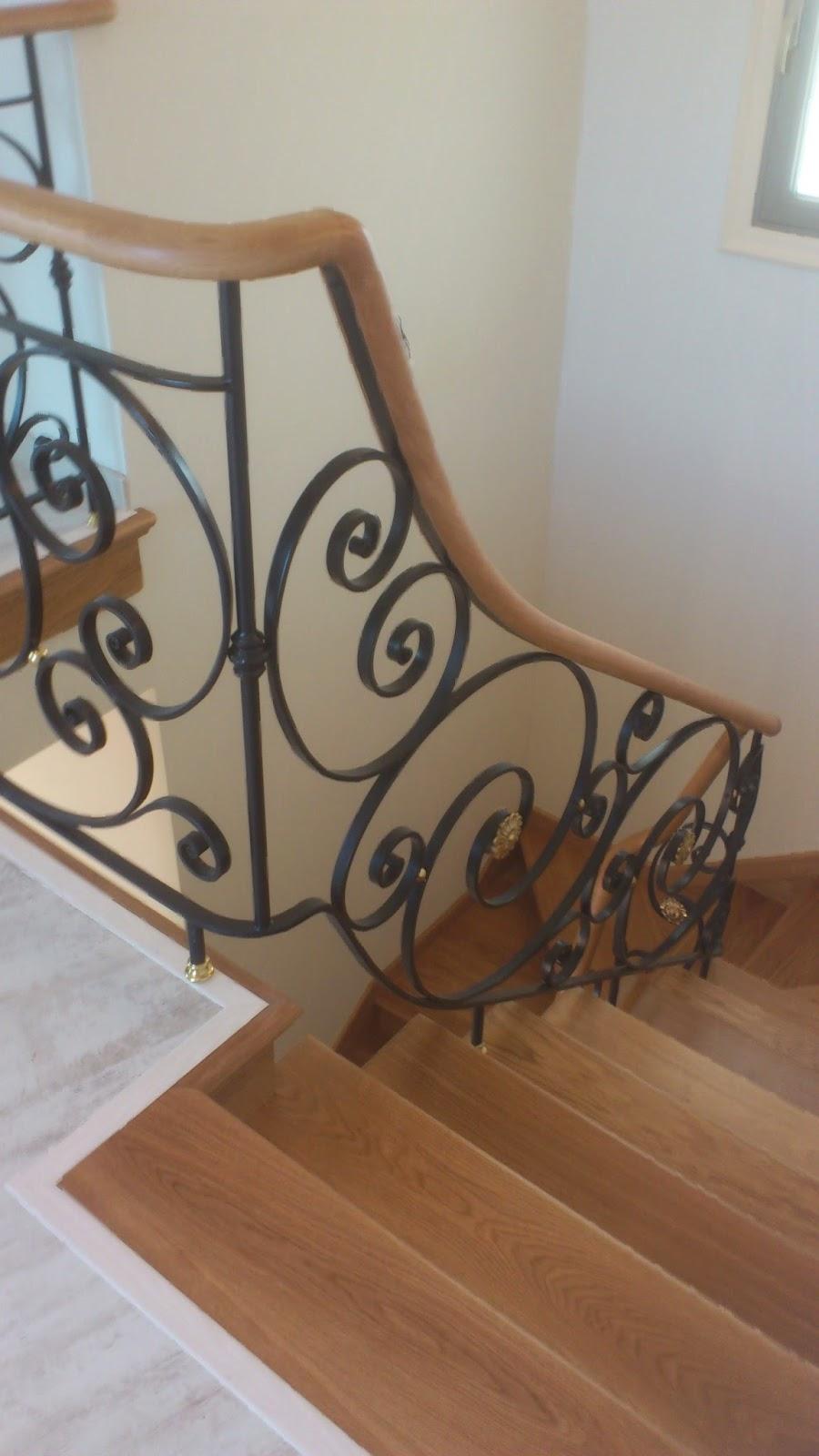 escaleras de madera con pasamanos de forja y madera