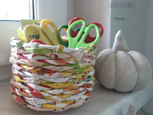 koszyk z papierowej wikliny i schnąca dynia