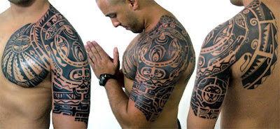 tatuaje polinesio en hombro y pectoral de hombre que reza