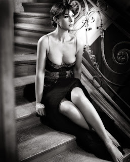 Monica Bellucci Hot Cleavage Show While Sitting On Stairs