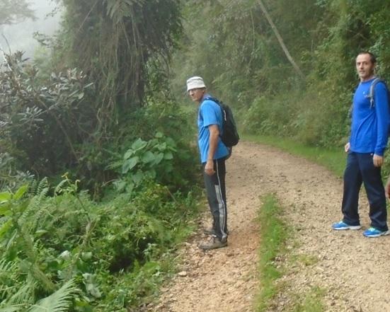 Raúl y Luis Miguel en subida a las comunidades en las lomas.