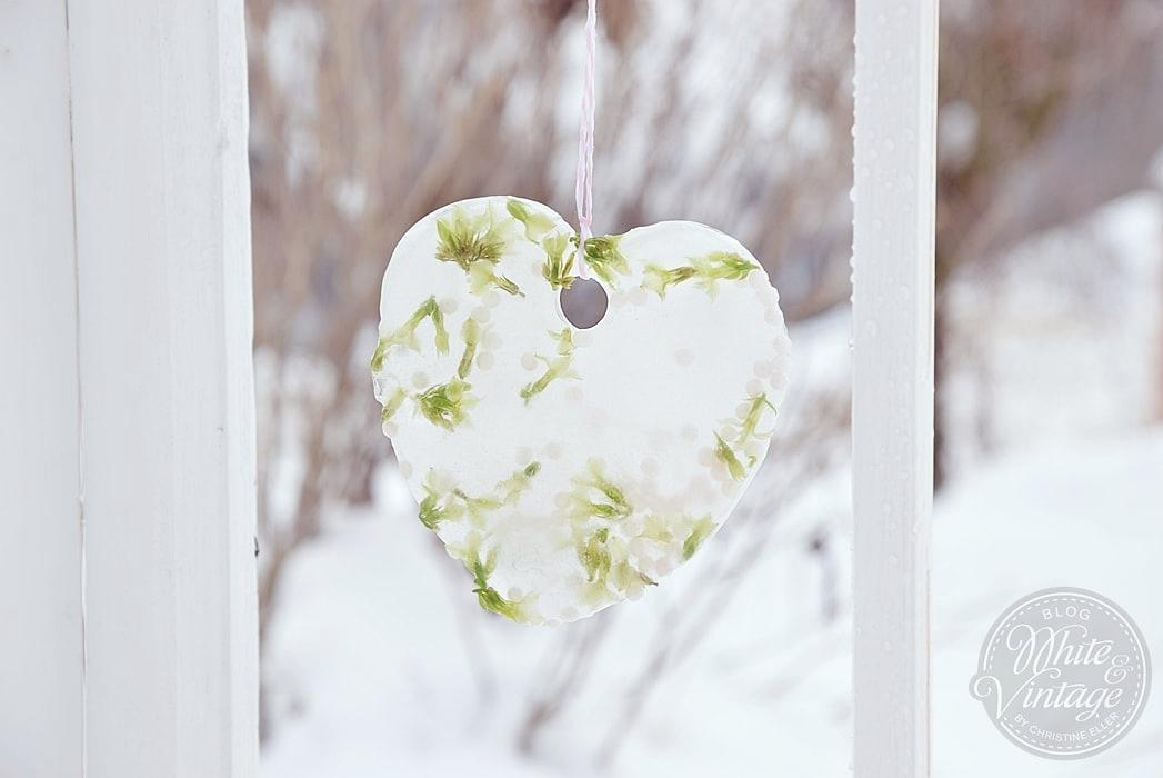 Winterdeko aus Eis für den Garten selber machen