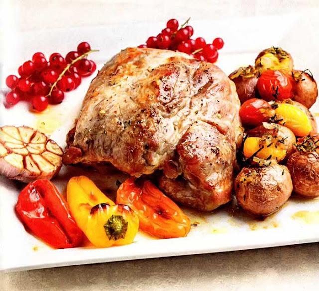 Свинина ( крейка, окорок, лопатка) - 250 г; Петрушка или сельдерей - 1 пучок; Лук репчатый - 1 штука; Сало свиное ( для жарки) - 3 г; Овощи запеченные  для гарнира ( перец, картофель, помидоры) - 150 г; Соль, перец - по вкусу; Смородина красная - для украшения;