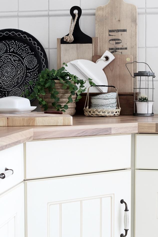 Küchenstyling mit Accessosires in Holz weiß grau und schwarz, weiße Ikea Butterdose, graue Schälchen von House Doctor, Brettchen von HK Living und Loods5