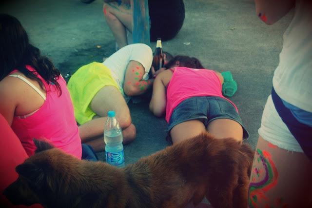 девушки спят на улице