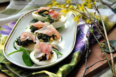 404. Jajka faszerowane szpinakiem i szynką parmeńską