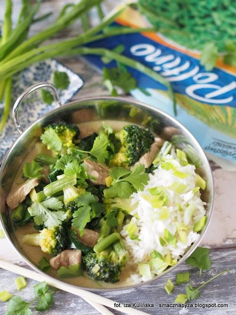 zielone curry, wieprzowina, schab wieprzowy, zielone warzywa, fasolka szparagowa, mrozonki, brukuły, szpinak, na rozgrzanie, kuchnia indyjska, co na obiad, szybki obiad, poltino, mleko kokosowe