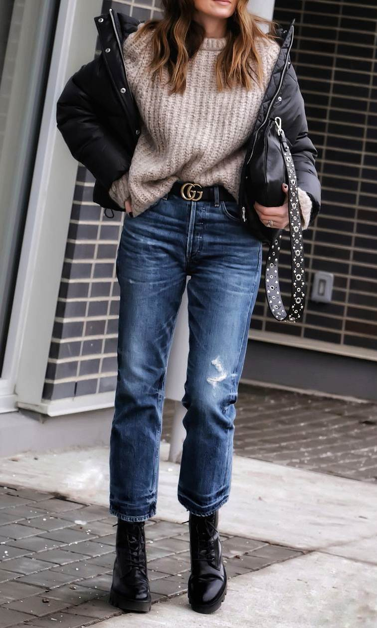 cozy fall outfit idea to try right now / black jacket + knit sweater + bag + boots + boyfriend jeans