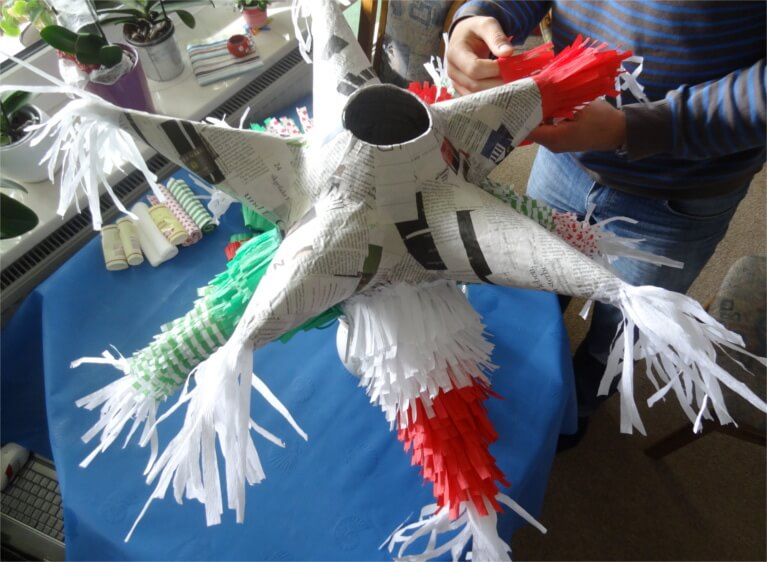 DIY-Idee für eine Pinata zur Hochzeit mit Zeitung und Tapetenkleister