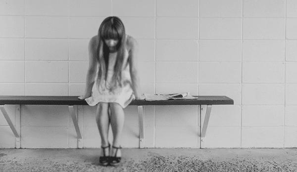 wanita sedih sendirian butuh curhat dan motivasi