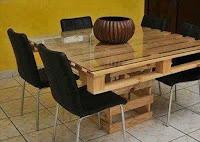 mesa con vidrio y palets de madera
