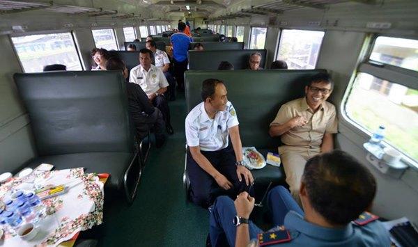 Gubernur Irwan Prayitno Rasakan Nyamannya Naik Kereta Padang-Pariaman