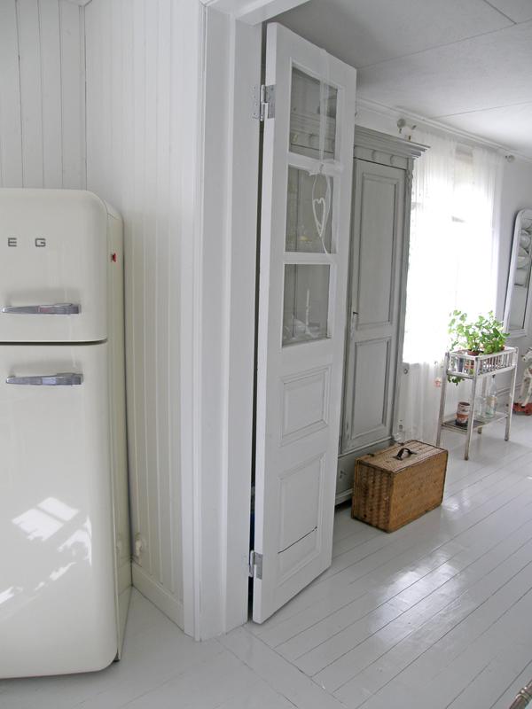 l a n t l i f det h r med vita golv. Black Bedroom Furniture Sets. Home Design Ideas