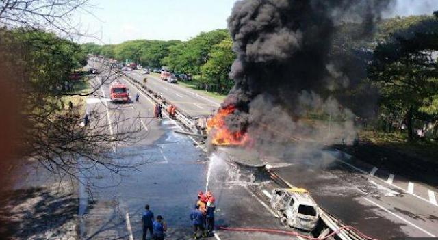 Sopir Truk Tangki Melarikan Diri Setelah Tabrakan di Tol Sidoarjo