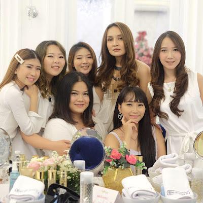 di The White Clover Bandung bersama beberapa member dari  Review Produk Bioessence