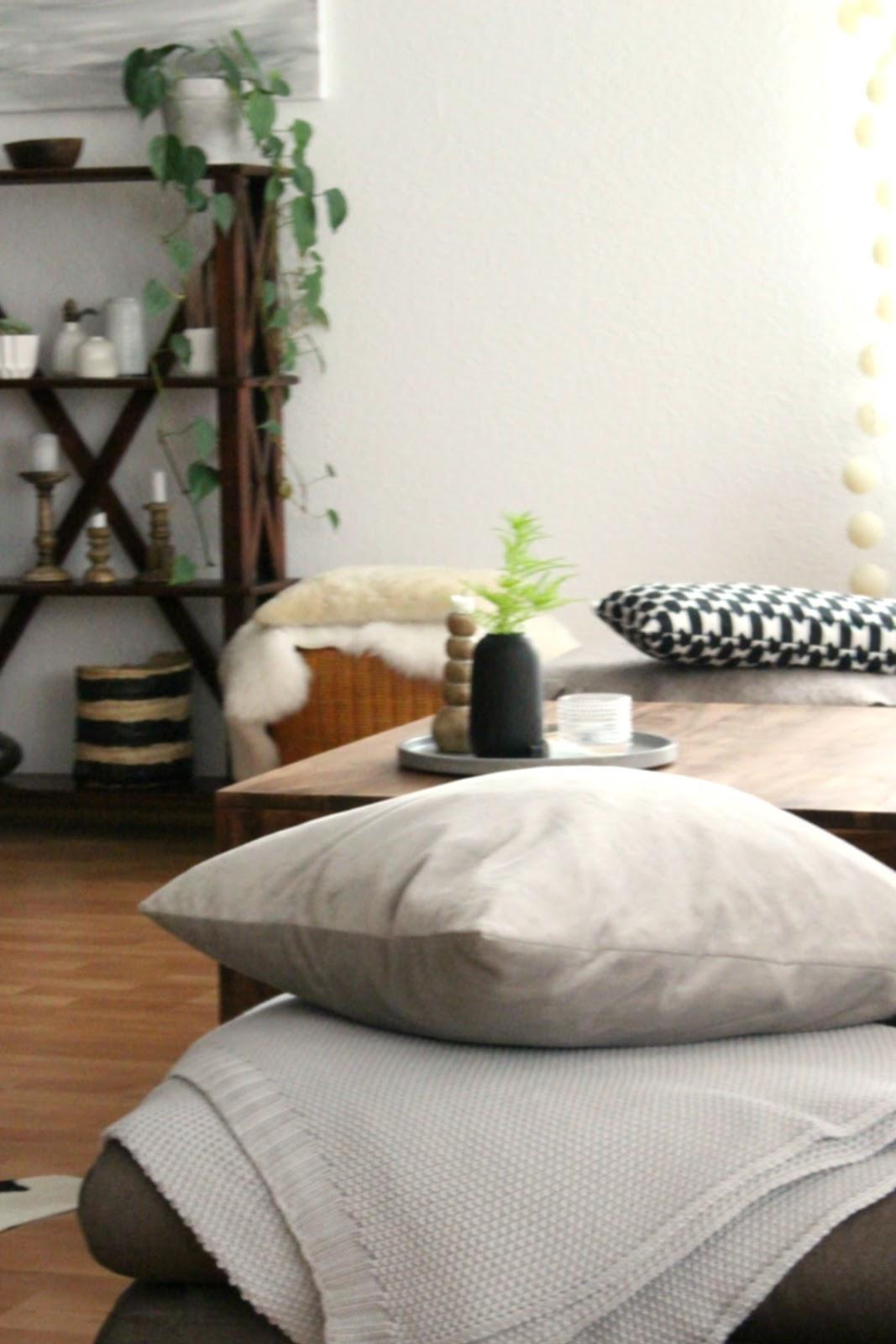 Als Kontrast Zu Dem Dunklen Holz Und Unserer Dunklen Couch, Habe Ich Viele  Kleine Deko