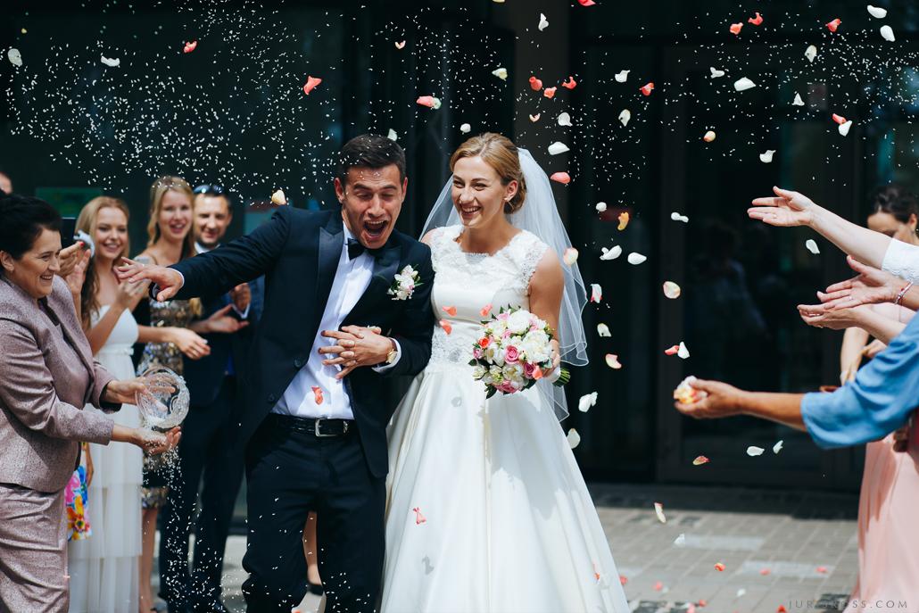 rīsi kāzu ceremonijas noslēgumā