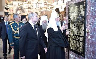 Președintele Putin face turul Catedralei Navale Sf. Nicolae împreună cu Patriarhul Kirill - fotografie preluată de pe site-ul yournewswire.com