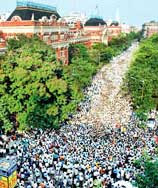 Huge crowd to see Didi on her way to Mahakaran