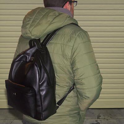 Mochila para hombre en cuero sintético negro.
