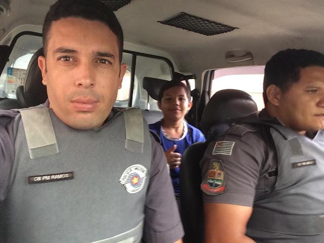 Em Guarujá/SP, menino é ignorado por ônibus, ganha carona de PMs e 'apavora' mãe