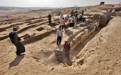 Ancient Egyptian boat discovered near pyramids