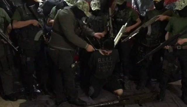 """Video: Sicarios del CJNG capturan e interroga a integrante de los """"Talibanes"""" que en su desesperación revela nombres de mandos coludidos para luego decapitarlo"""