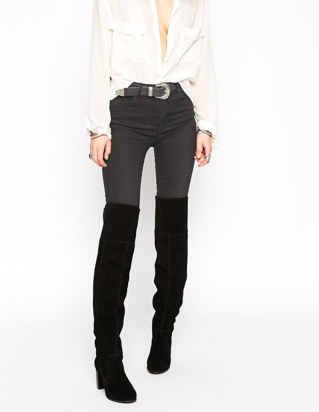 What to wear with over the knee boots - white button down shirt and skinny black jeans. Kako stilizirati čizme preko koljena
