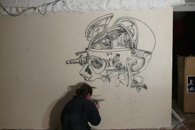 Malowidło ścienne wykonywane na ścianie w klubiue Arctika, zagospodarowanie białej ściany