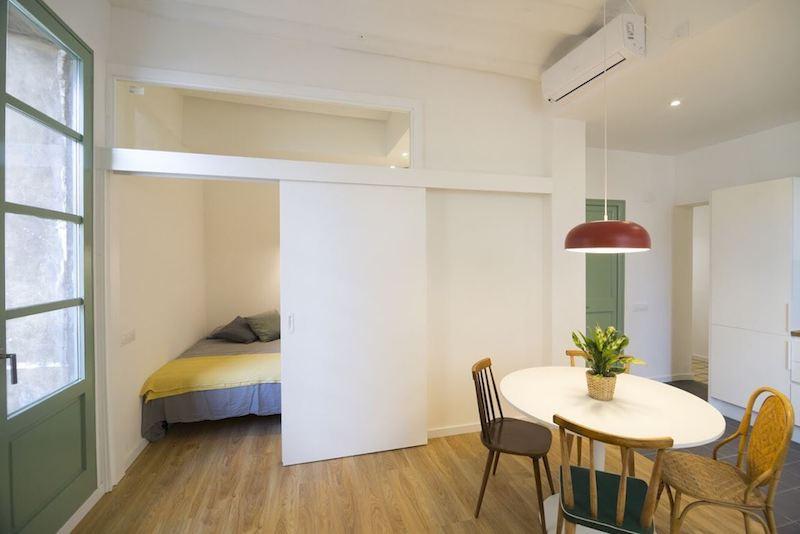 Dormitorio abierto al salón con puerta corredera