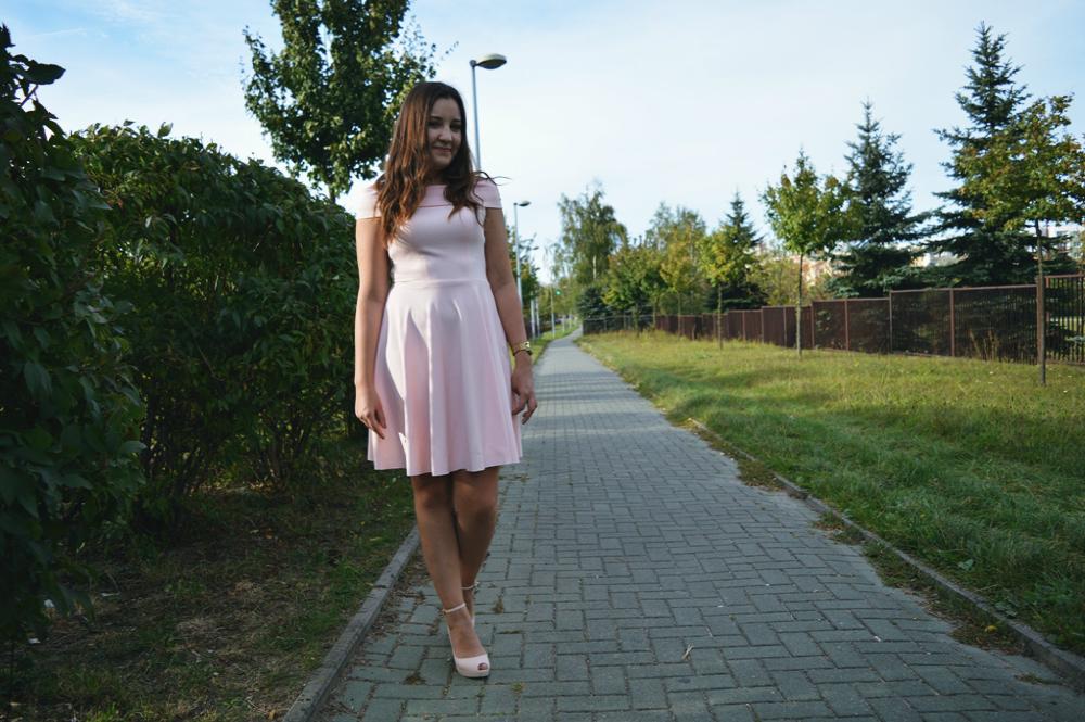 Sukienka na wesele w kolorze pudrowego różu