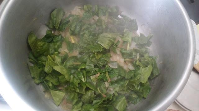 Preparando una salsa verde de nata y espinacas