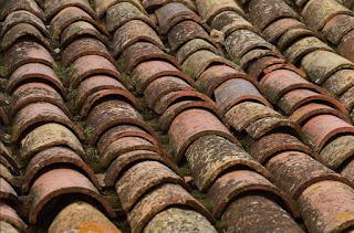 Cara Menginjak Genteng Ketika Memperbaiki Atap Rumah