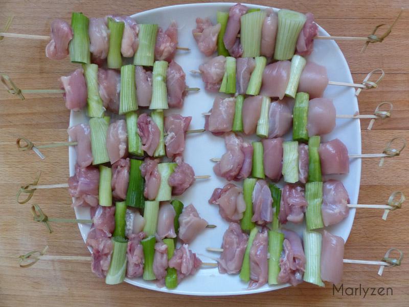 Confectionnez les brochettes en alternant les morceaux de poulet et de cébette.