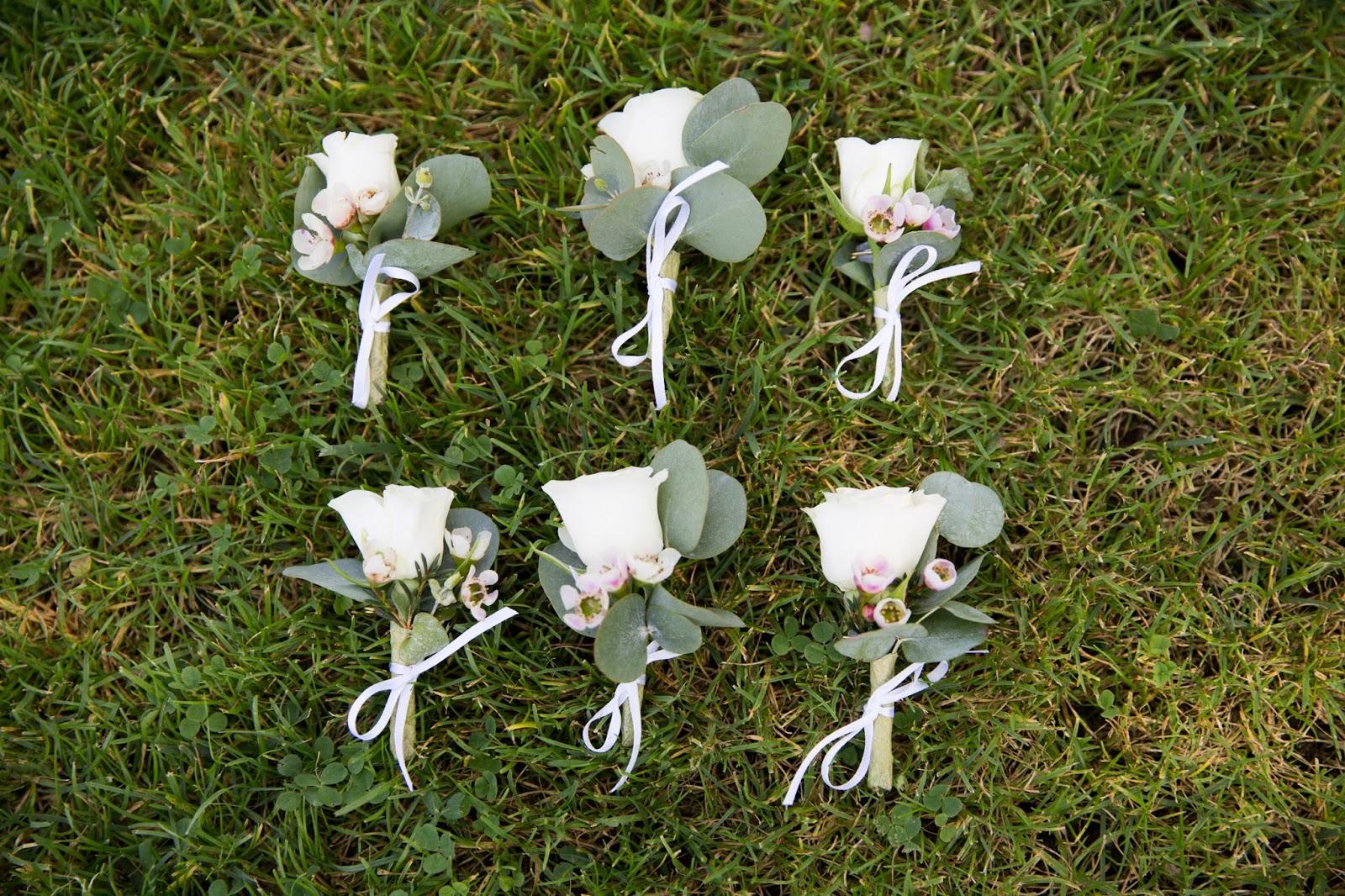 Boutounnieres con rosa bianca e salvia