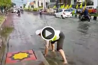 Polantas ini Bersihkan Saluran Air Agar Tak Banjir bikin bangga natizen - Commando