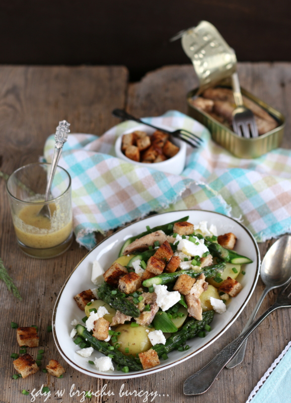 Zielone szparagi w towarzystwie sardynek, młodych ziemniaków, sera feta i chrupiących grzanek