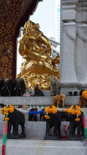 Изображение Золотой фигурки божества, Алтарь Эраван
