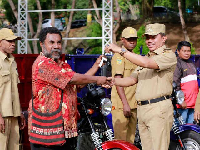 Rustan Saru Berikan 5 Unit Motor Angkut Sampah Kota Jayapura