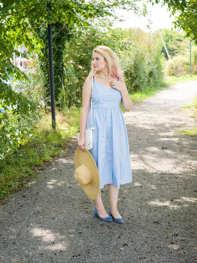 Blaues Kleid mit Hut