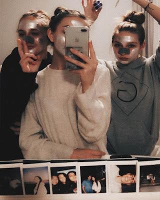 poses de amigas en el espejo