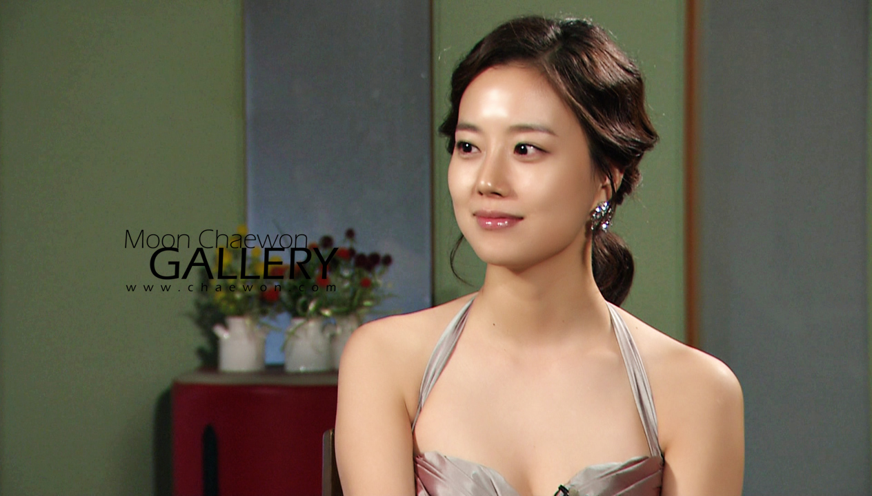 Moon Chae Won (문채원), the Korean Actress who resembled senior actress Kim Hee-sun.