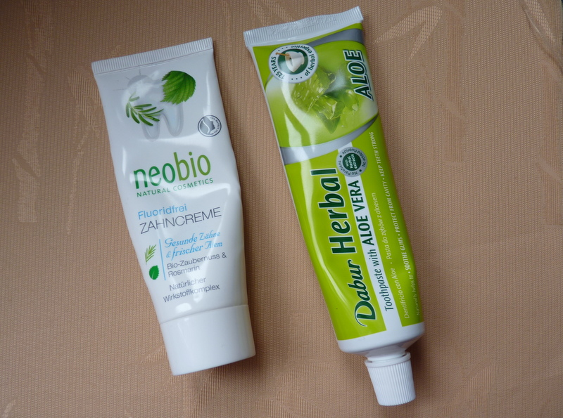 Jakie korzyści przynosi używanie pasty do zębów bez zawartości fluoru? Neobio i Dabur ALOE