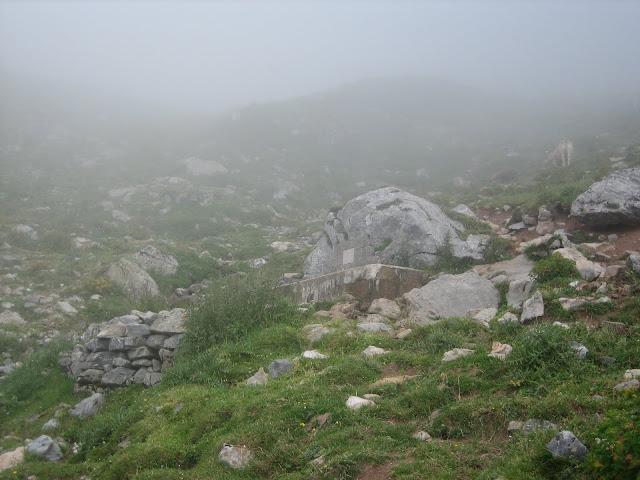 Rutas Montaña Asturias: Niebla en la subida a la Forqueta del Portillín