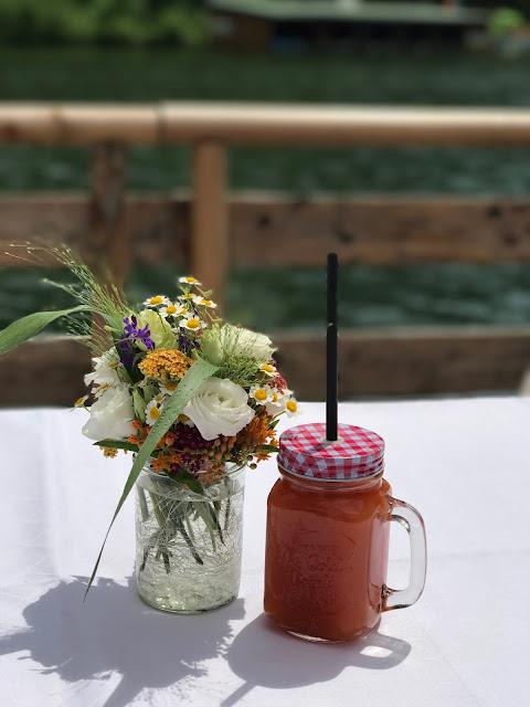 Mason Jar, alkoholfreier Fruchtcocktail, Bunte Wiesenblumenhochzeit im Riessersee Hotel Garmisch-Partenkirchen, heiraten in Bayern, zwei Bräute, Regenbogen