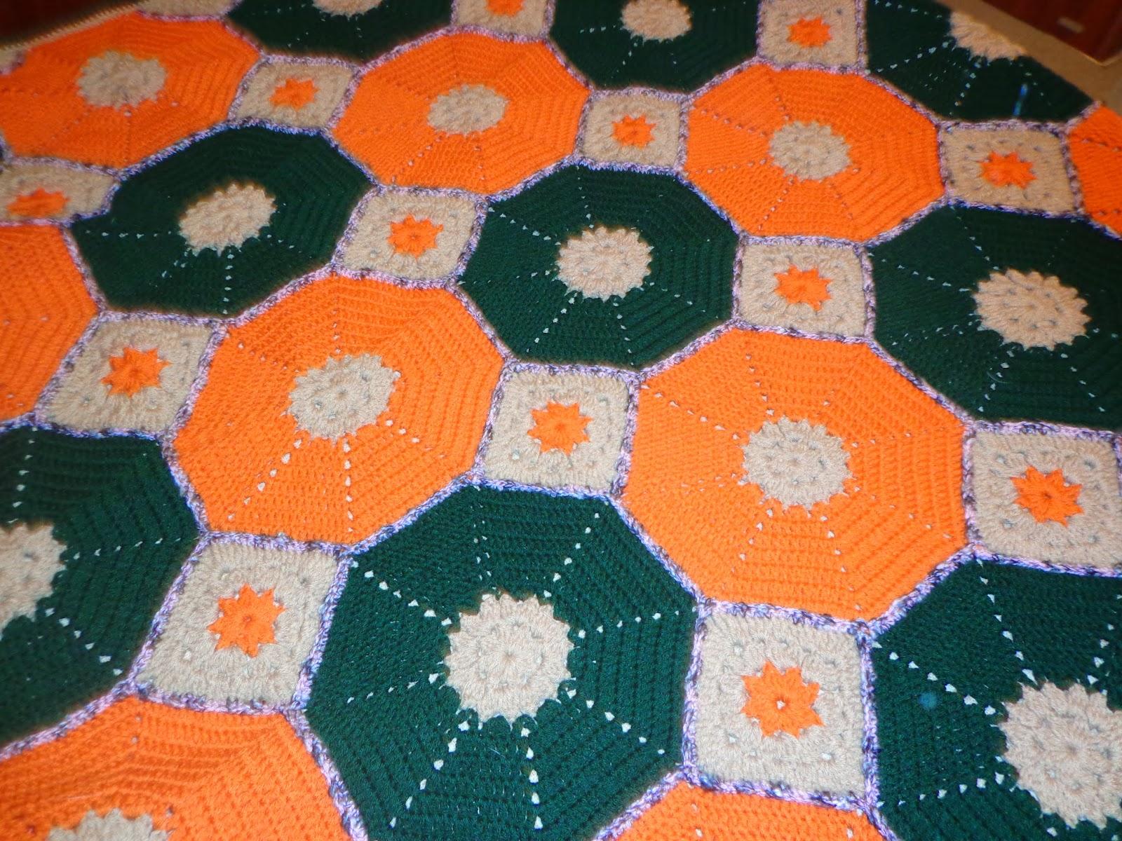 12ad7d3f52 Hola a todos!! por acá otra vez con una nueva manta al crochet con forma  hexagonal y cuadrados