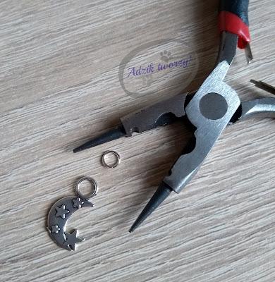 jak zamontować zawieszkę w bransoletce