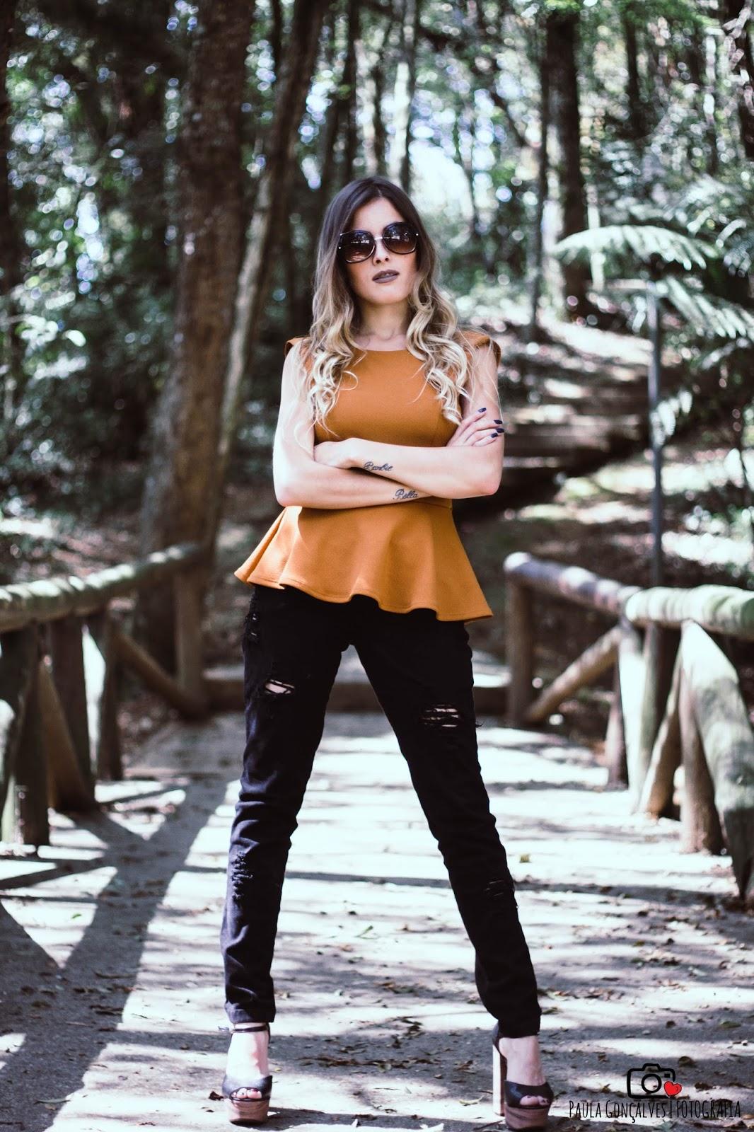 Look Blusa peplum e calça destroyed - Ally Arruda