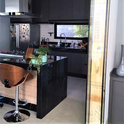 A cozinha, bem como todo o conjunto da casa, recebeu o toque personalizado do casal que encomendou o projeto, municiado por extensas referências de arquitetura de interiores e decoração *.